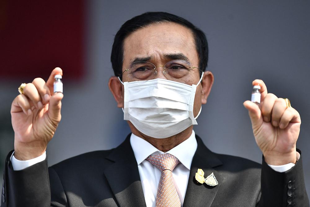 泰国总理巴育在曼谷素万那普机场展示中国科兴新冠疫苗。