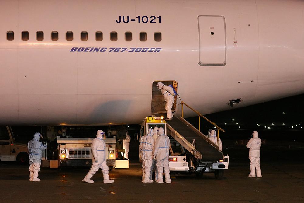 2021年2月23日凌晨,在蒙古国首都乌兰巴托成吉思汗国际机场,工作人员准备卸载中国援助的新冠疫苗。