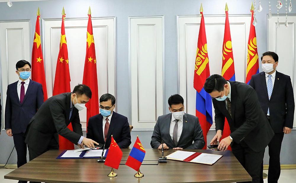 蒙古国是首批接收中国捐赠疫苗的国家之一。由中国政府和中国人民解放军援助的新冠疫苗于2021年2月22日晚运抵蒙古国首都乌兰巴托,蒙古国政府副总理兼国家紧急状况委员会主席阿木尔赛罕亲赴机场迎接并致辞。23日凌晨,在乌兰巴托成吉思汗国际机场,中蒙两方代表在交接证书上签字。