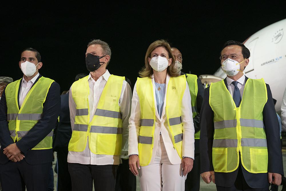 2021年2月23日,多米尼加副总统培尼亚(前右二)等在首都圣多明各国际机场迎接中国科兴新冠疫苗。