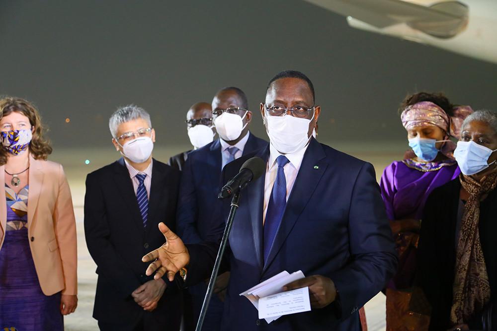 2021年2月17日,在塞内加尔达喀尔布莱兹·迪亚涅国际机场,塞内加尔总统马基·萨勒(前)在接收中国国药集团新冠疫苗仪式上讲话。