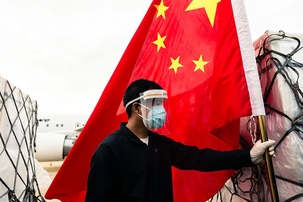 中国是首个向津巴布韦援助疫苗的国家。2021年2月15日,津巴布韦首都哈拉雷,中国援助津巴布韦的新冠疫苗由津巴布韦政府专机从北京运抵当地。