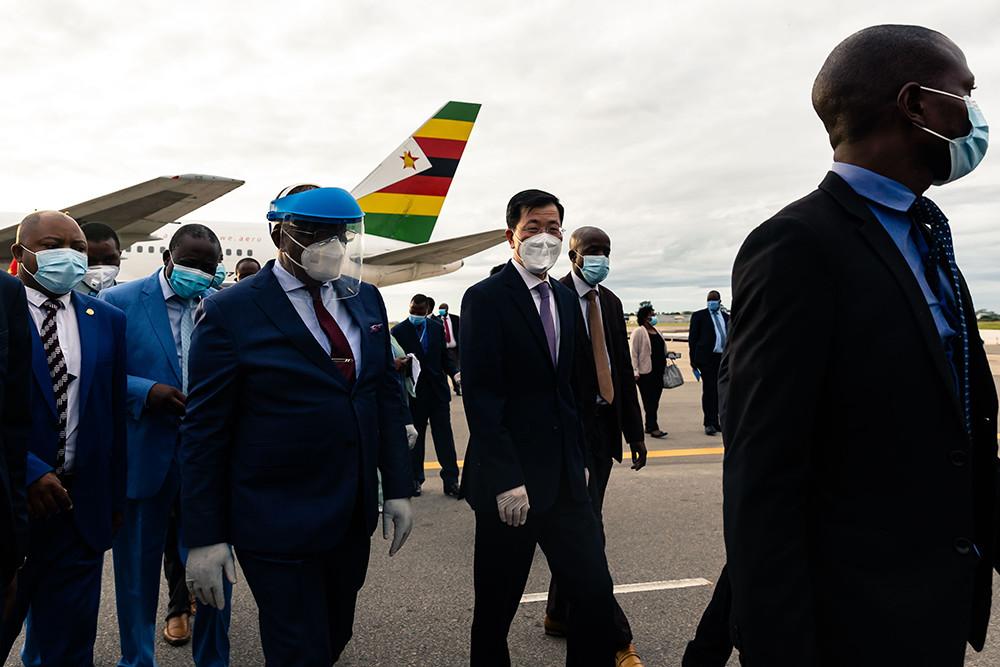 当地时间2021年2月15日,津巴布韦首都哈拉雷,中国援助津巴布韦的新冠疫苗从北京运抵当地。中津双方在机场举行疫苗交接仪式。