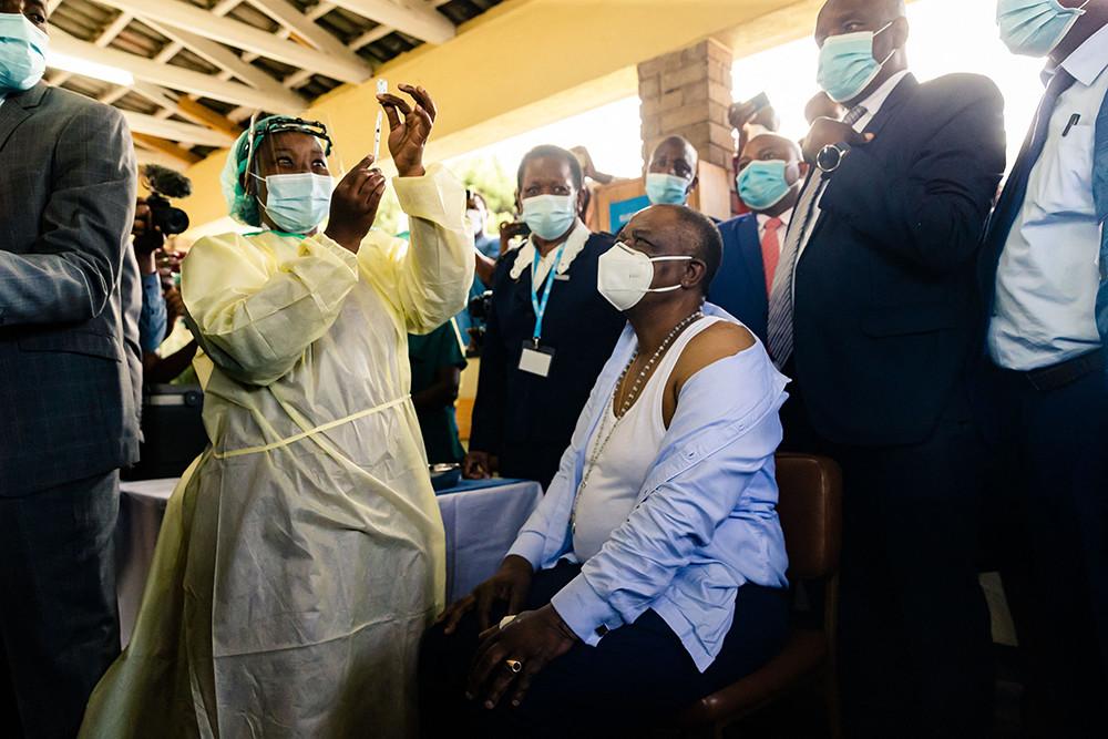 2021年2月18日,津巴布韦哈拉雷,当地新冠疫苗接种工作正式启动。当天中午,津巴布韦副总统兼卫生部长奇温加专程来到位于首都哈拉雷的新冠肺炎接种点威尔金斯医院,接种了中国援助的疫苗并领取接种证书,成为津巴布韦首位接种者。