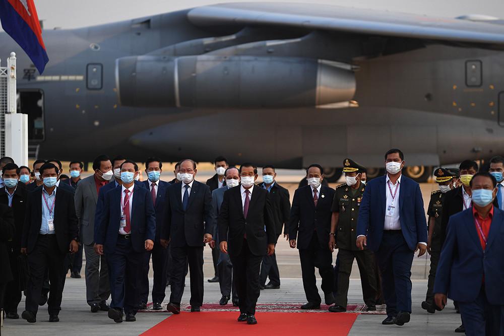 柬埔寨是首批接受中国疫苗援助的国家之一。2021年2月7日下午,中国政府向柬埔寨政府捐赠的国药新冠疫苗抵达金边,柬埔寨首相洪森、副首相兼国防大臣迪班和卫生大臣曼本亨等高官前往机场迎接。