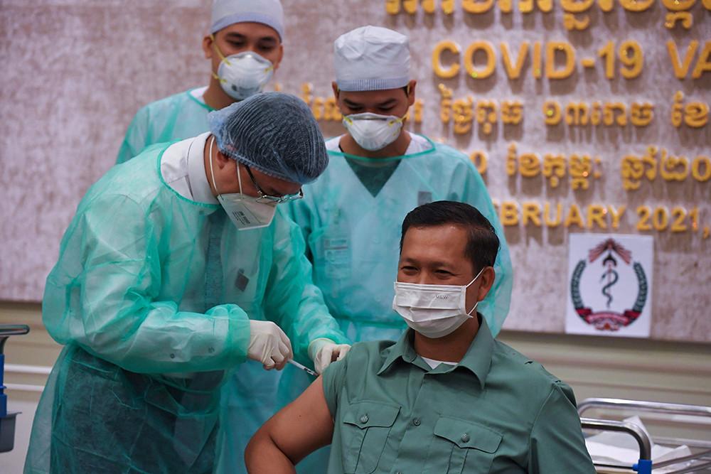 2021年2月10日,柬埔寨金边,柬埔寨首相洪森长子、王家军副总司令兼陆军司令洪马内成为中国疫苗首位接种者。他表示,信任中国疫苗,希望给大家起带头作用,请民众放心接种中国疫苗。