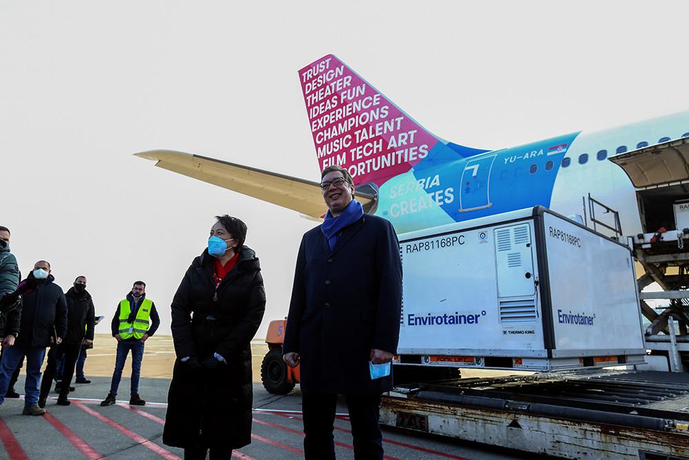 """2021年1月16日,塞尔维亚贝尔格莱德,塞尔维亚总统武契奇亲自率领卫生部长隆查尔等政府官员在停机坪迎接首批中国疫苗。武契奇在迎接仪式上表示,这批疫苗是塞中两国""""伟大友谊的证明"""",他同时宣布,自己也将接种中国疫苗。"""