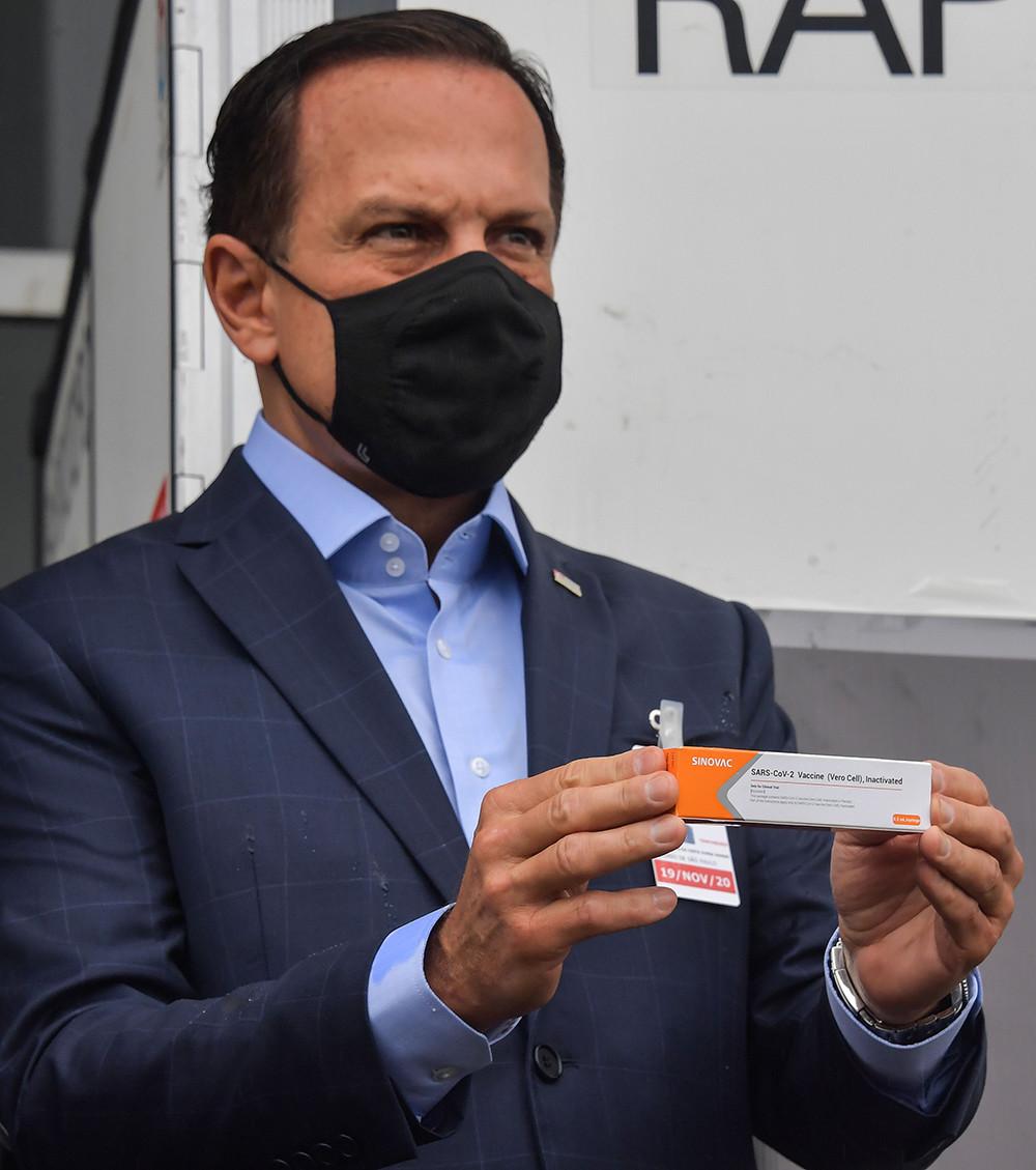 2020年11月19日,巴西圣保罗州,首批中国新冠疫苗运抵圣保罗州,该州州长若昂·多里亚到机场迎接并展示疫苗。