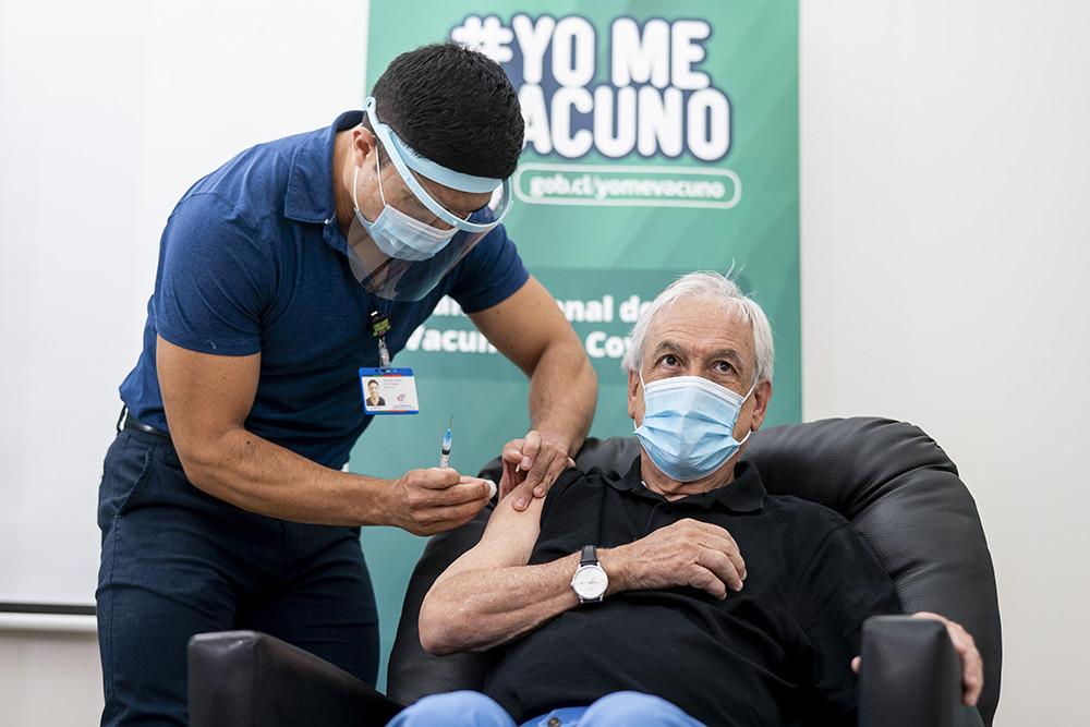 2021年2月12日,在河大区福德罗诺市的一处社区家庭保健中心,智利总统皮涅拉正在接种中国科兴公司研发的新冠疫苗。