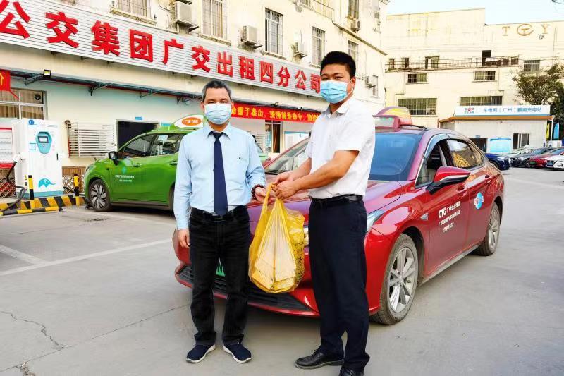 发现车内有失物且未等到失主后,出租车司机梁修权(左一)将失物送回公司。