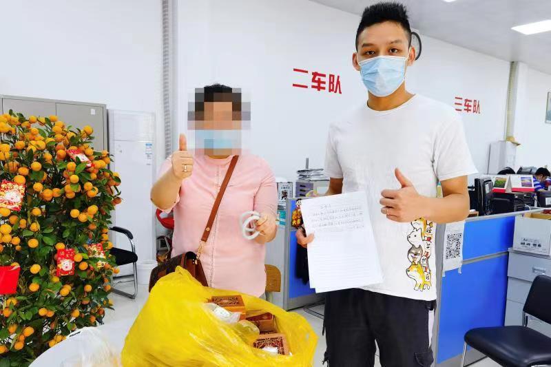 一个月后,刘女士前往出租车公司领取玉器。