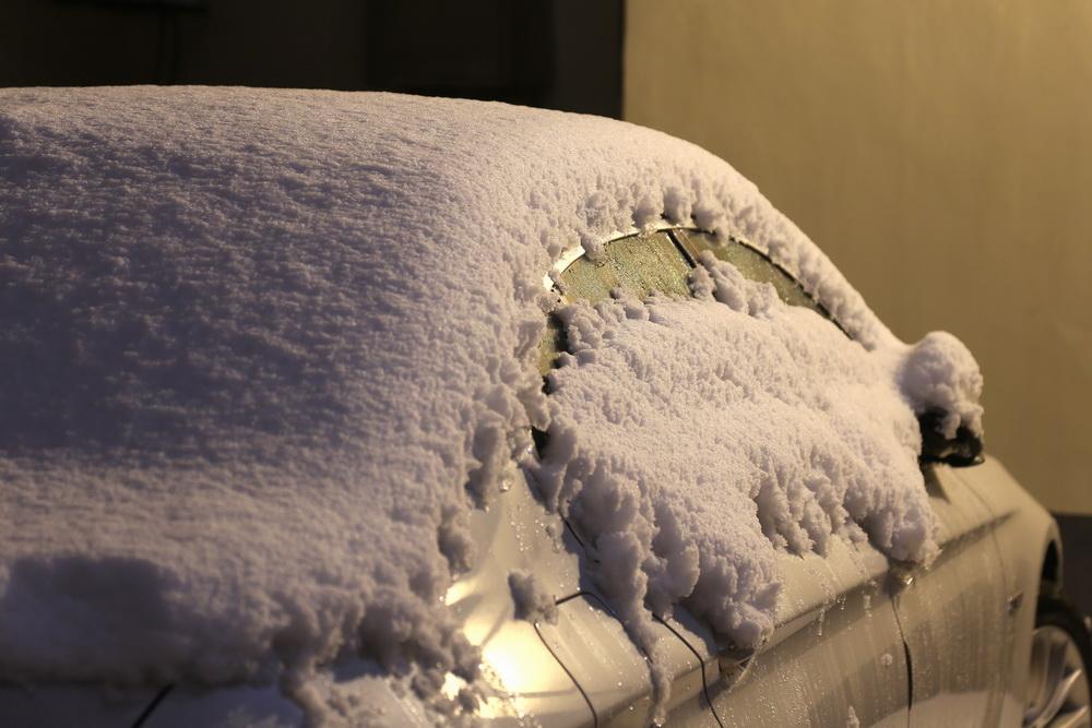 2021年2月25日凌晨,郑州,街头一辆轿车顶着厚厚的积雪。