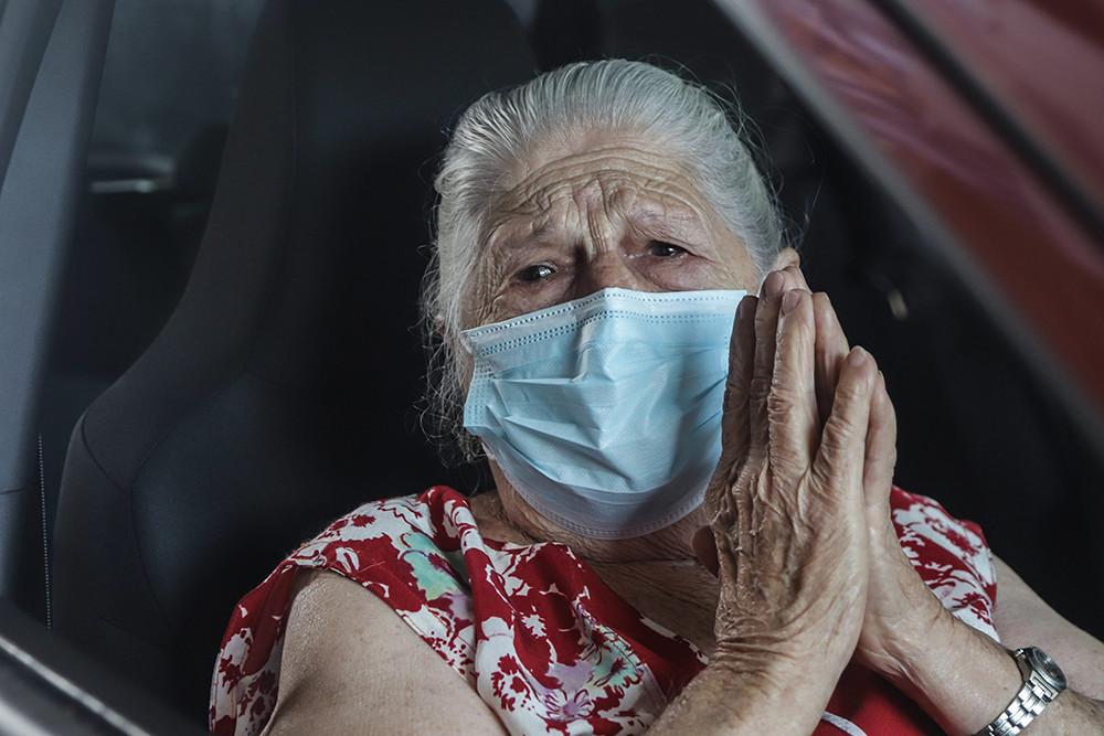 2021年2月8日,巴西圣保罗市一名女子在车内接种来自中国的新冠疫苗后表示感谢。