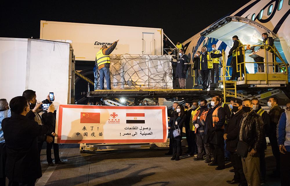 2021年2月23日凌晨,中国援助埃及的首批新冠疫苗运抵开罗国际机场,援助阿盟秘书处的新冠疫苗也同机抵达。中国驻埃及大使廖力强与埃及卫生部副部长瓦埃勒·萨伊在机场共同举行了疫苗交接仪式。