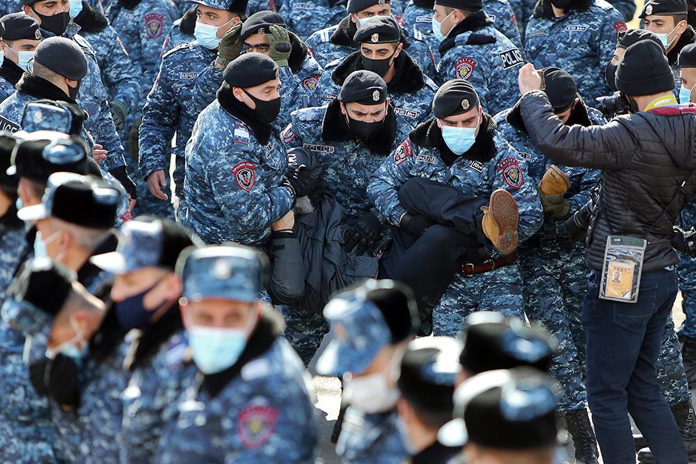 当地时间2021年2月23日,亚美尼亚首都埃里温,当地抗议者举行集会,要求总理帕希尼扬辞职。抗议示威活动自纳卡停战后一直持续。2月25日,亚美尼亚武装部队总参谋部发表声明,要求亚美尼亚总理帕希尼扬立刻辞职。帕希尼扬称总参谋部的声明是意图发动军事政变,他呼吁支持自己的民众立刻到共和国广场集合,并表示将准备进行直播讲话。
