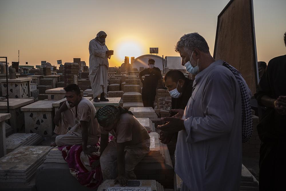 2021年2月26日报道,伊拉克纳杰夫,人们在墓地埋葬死于新冠肺炎的亲人。美国约翰斯·霍普金斯大学25日发布的新冠疫情最新统计数据显示,截至美国东部时间25日13时24分(北京时间26日2时24分),全球累计死亡病例超过250万例,达2502411例。资料图