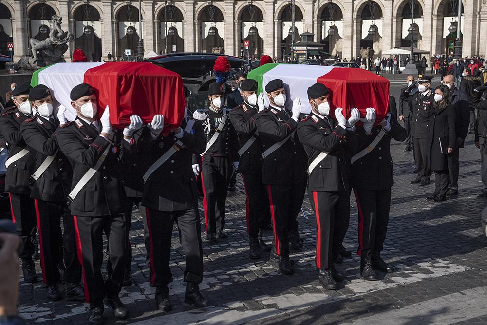 当地时间2021年2月25日,意大利首都罗马,当地为刚果(金)遇袭身亡的意大利大使卢卡·阿塔纳西奥与宪兵维托里奥·雅科瓦奇举行国葬。宪兵队抬着覆盖意大利国旗的灵柩走进天使与殉教者圣母大殿。