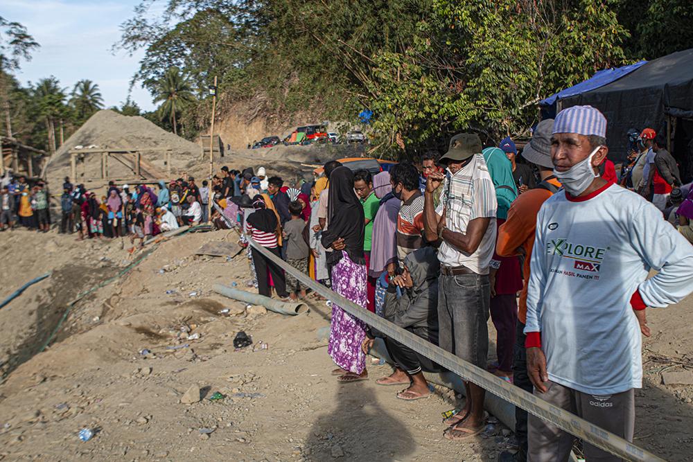 当地时间2021年2月25日,印尼中苏拉威西省,垮塌金矿现场救援工作持续。印度尼西亚国家抗灾署25日说,印尼中苏拉威西省一金矿24日发生垮塌事故,已致3人死亡、5人失踪。