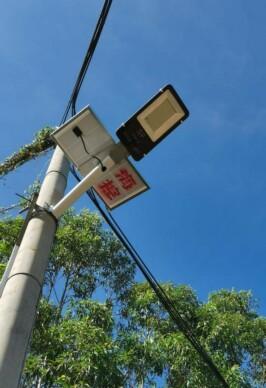 图为 海南控股为隆道村安装的太阳能路灯