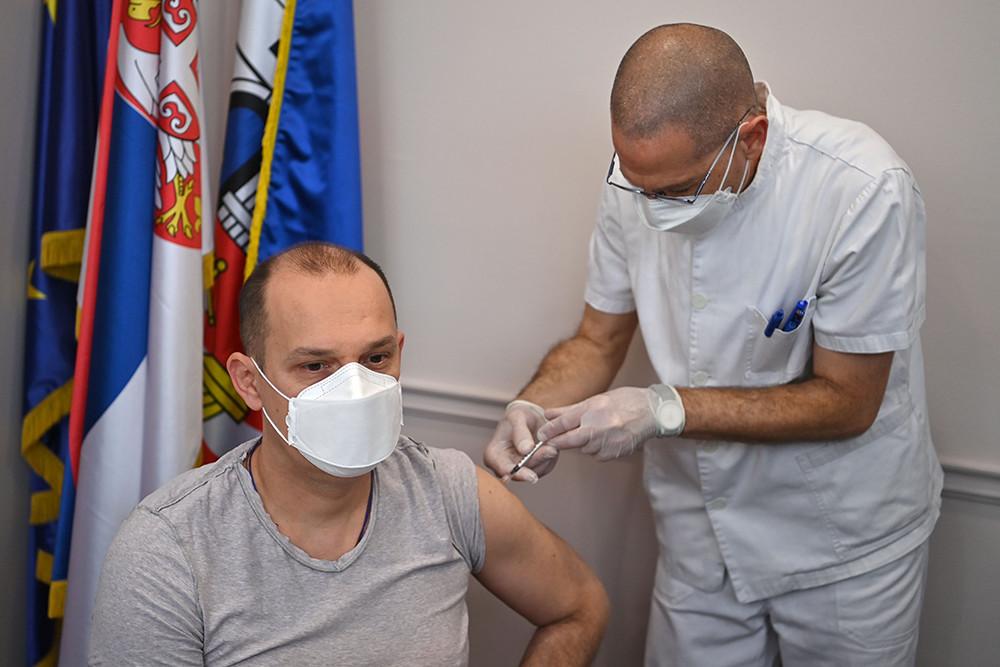 2021年1月19日,塞尔维亚贝尔格莱德,塞尔维亚卫生部长隆查尔接种中国国药集团生产的新冠疫苗,成为中国疫苗在塞的首名接种者。
