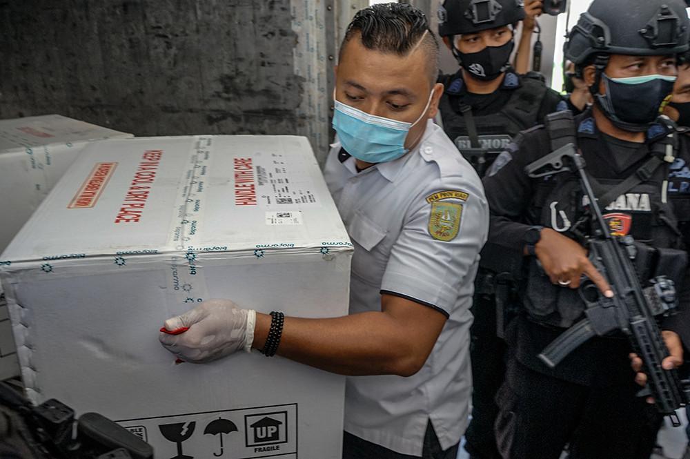 2021年1月6日,印度尼西亚北干巴鲁,当地在警察部队的协助下分发运输中国新冠疫苗。