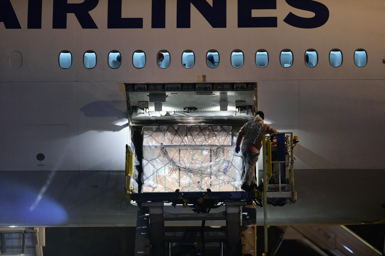 2020年12月30日,在土耳其安卡拉的埃森博阿机场,工作人员从飞机上搬运疫苗。当日,首批中国科兴疫苗抵达土耳其首都安卡拉。