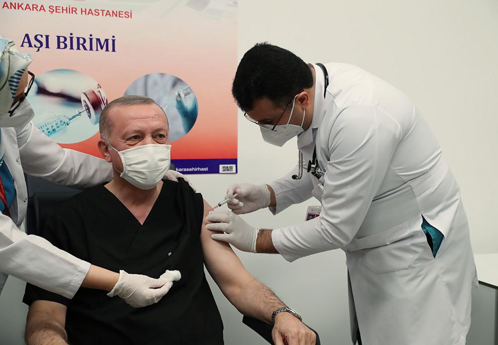 2021年1月14日晚,土耳其总统埃尔多安在安卡拉一家医院接种中国科兴公司研发的新冠疫苗。埃尔多安表示,土耳其执政党正义与发展党中央决策和执行委员会成员与他一起接种了疫苗。他呼吁土耳其政党领袖和议员们鼓励民众接受并认可疫苗接种。