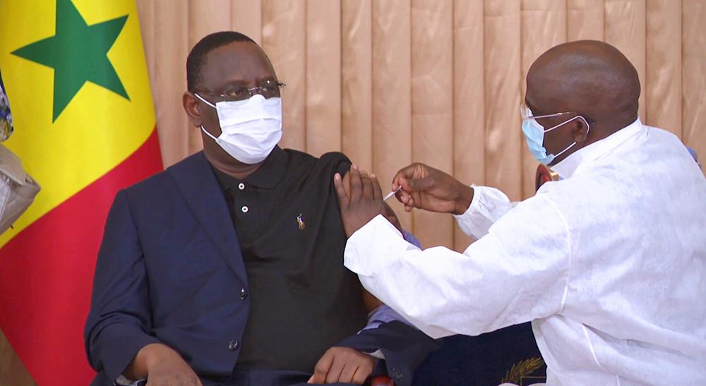 2021年2月25日,在塞内加尔首都达喀尔的总统府,塞内加尔总统萨勒接种由中国国药集团研发的新冠疫苗。