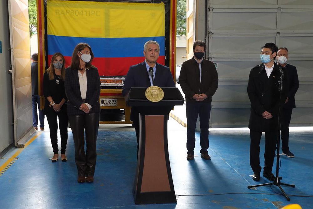 2021年2月20日,在哥伦比亚波哥大卫生和社会保障部仓库,哥总统杜克(前排中)在疫苗接收仪式上讲话。