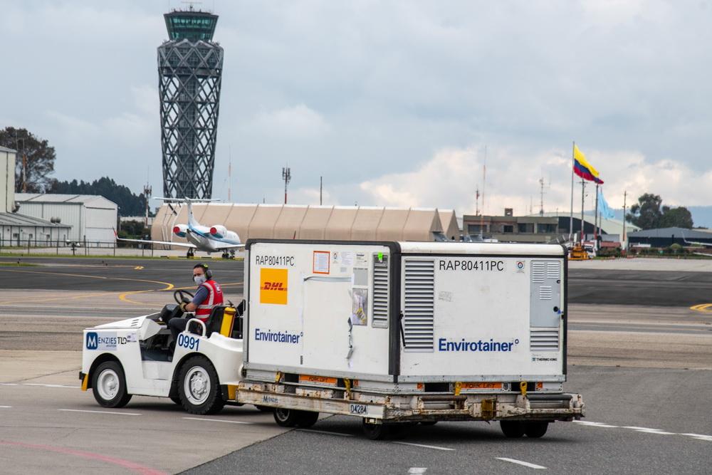 2021年2月20日,在哥伦比亚波哥大埃尔多拉多国际机场,工作人员转运刚刚卸载的科兴疫苗。