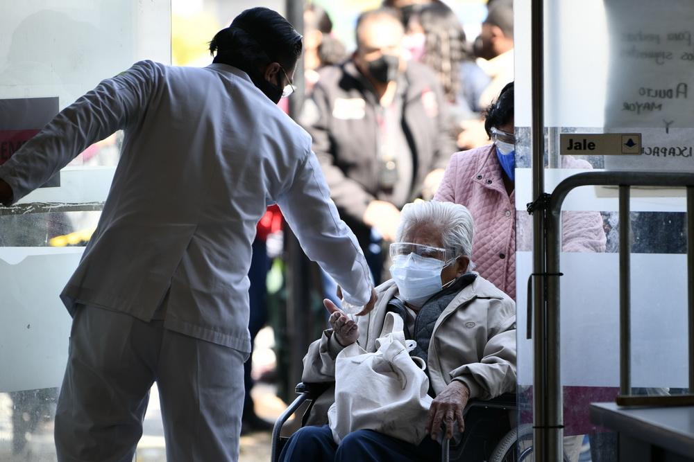 2021年2月22日,数千名老人在家人朋友陪伴下来到该市美洲文体中心外排起长队,等待疫苗接种。