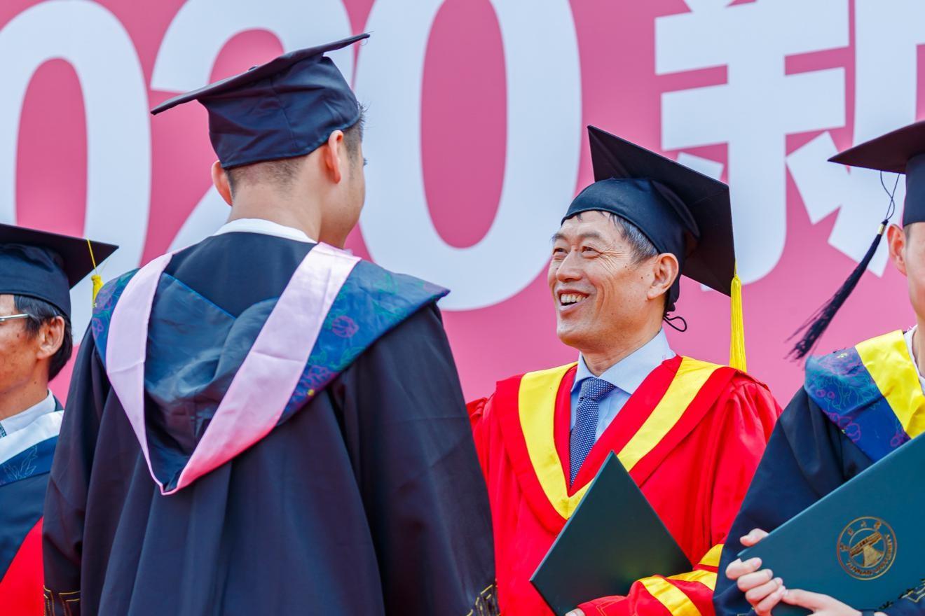 2020年6月23日,在云南大學2020屆畢業生畢業典禮上,方精云為畢業生撥穗