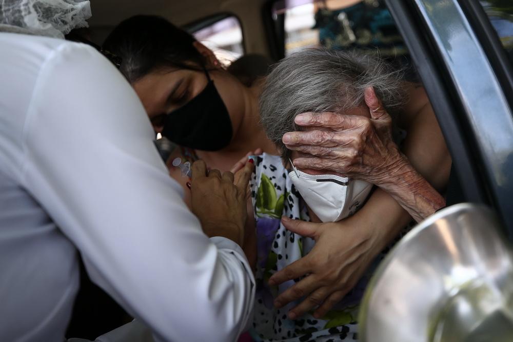 2021年2月1日,巴西里约热内卢,101岁的老人Irene Mondegar Penha在免下车疫苗接种点接种中国科兴新冠疫苗。当日,巴西开始优先为99岁以上的高龄老人接种新冠疫苗。