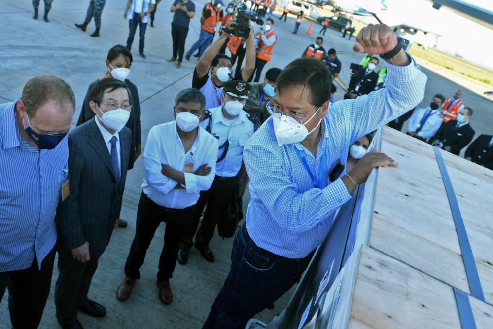 2021年2月24日,中国疫苗搭乘玻航专机抵达玻利维亚第一大经济城市圣克鲁斯。玻总统阿尔塞、外长马伊塔等官员前往机场迎接。玻总统阿尔塞(左)在机场表示,今天是个历史性时刻。