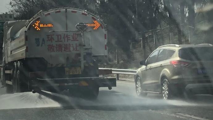车刚洗又被洒水车喷脏,武汉城管回应:已调整作业时间、模式