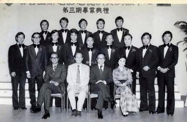 第三期香港艺训班毕业照,中排左四为吴孟达