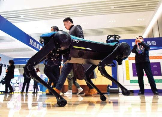 中国(青岛)生活机器人先锋汇上展出的机器人(2020年12月25日摄) 李紫恒摄 / 本刊