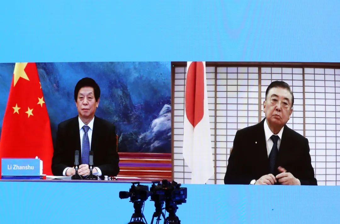 2020年12月25日,栗战书委员长与日本国会众议长大岛里森举行视频会晤。摄影/许麟