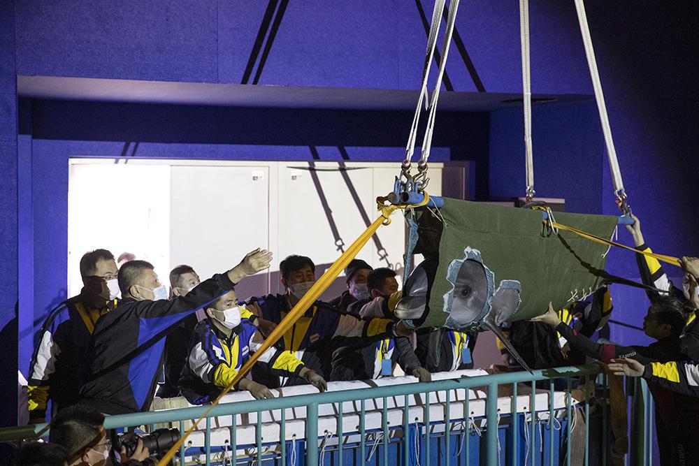 """2021年2月27日,在哈尔滨极地馆一期海豚展区内,工作人员在转运海豚。当日,哈尔滨极地馆的三只海豚宝宝成功从一期海豚展区转移到""""新家""""哈尔滨极地公园极地秀场,它们将在该二期项目开业时与游客见面。张涛/新华社 图"""