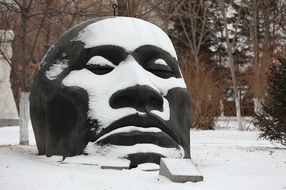 2021年2月28日,吉林省长春市迎来了新一轮的降雪降温天气,公园内的人脸雕塑上积上了薄薄的一层白雪。IC 图