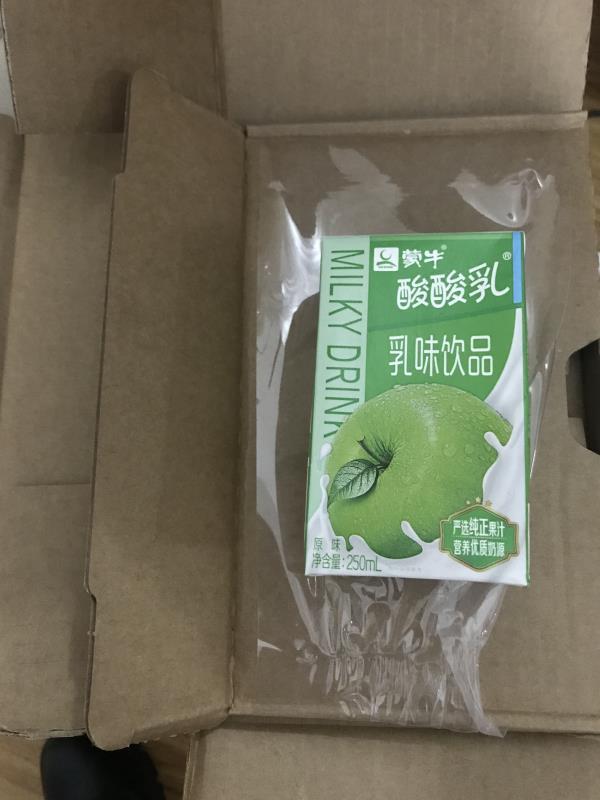 快递到手后刘女士发现里面是一盒苹果味酸酸乳