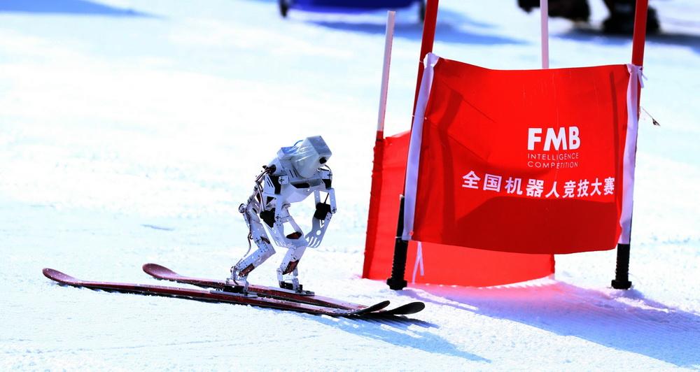 """2021年2月27日,首届""""全国机器人竞技大赛冰雪全明星挑战赛""""在北京八达岭滑雪场举行。本届挑战赛,是国内AI智能与冰雪体育的首次跨界融合。大赛突破了传统的滑雪赛事,以机器人作为竞赛主体,吸引社会各界""""智能+冰雪""""人才参与。戚连民/视觉中国 图"""