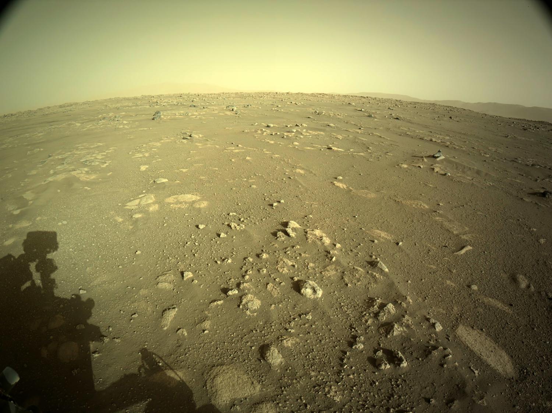"""火星地表图像以及火星车的影子,""""毅力号""""拍摄于2021年3月1日(Sol 9)当地平均太阳时间17:04:17,"""