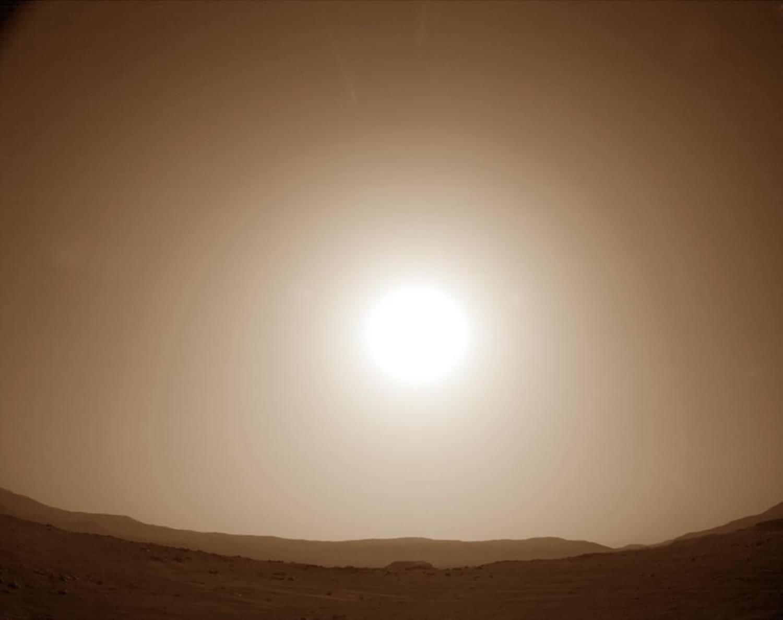 """2021年2月23日,当地平均太阳时间为16:40:58,由""""毅力号""""拍摄的第一次火星日落。我们第一次看到太阳落在杰泽罗陨石坑的边缘。"""