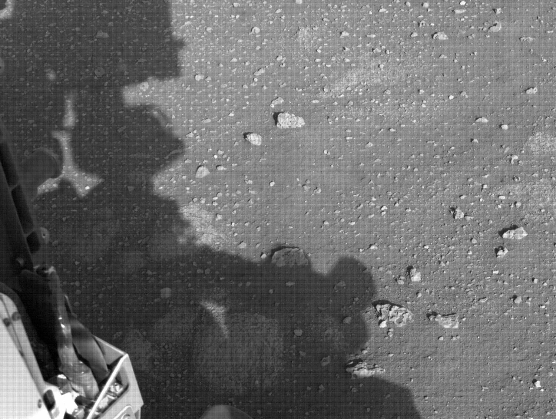 """火星地表图像以及火星车的影子,""""毅力号""""拍摄于2021年2月28日(Sol 9)当地平均太阳时间16:44:30,"""