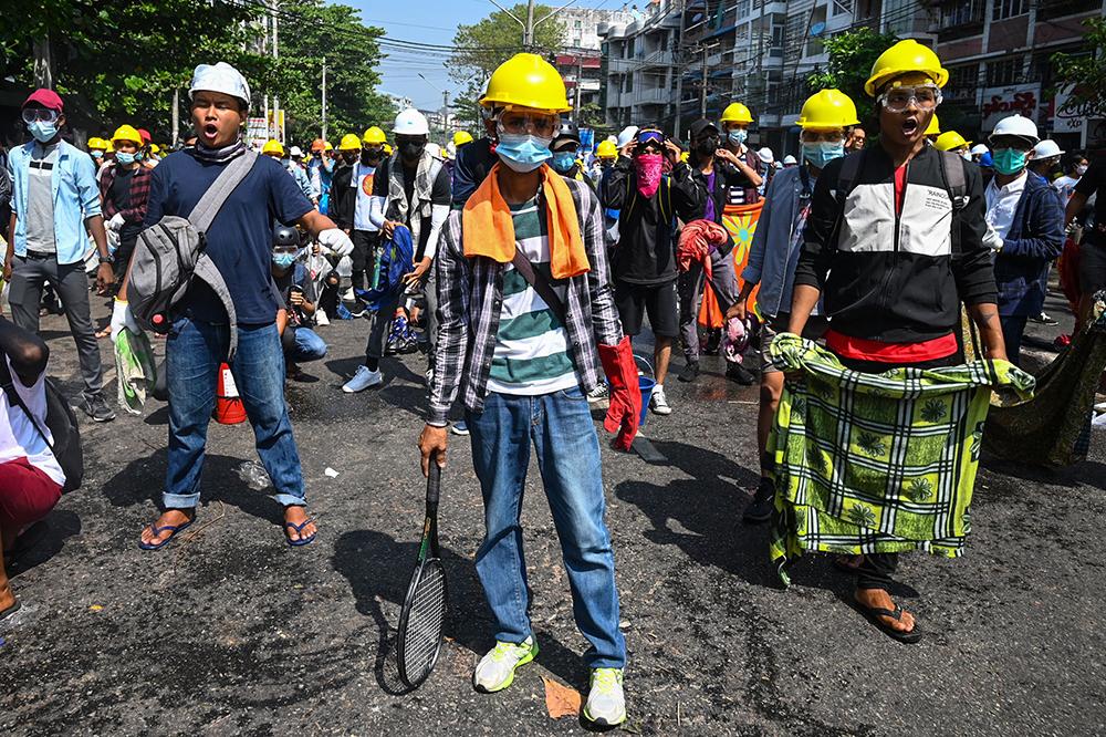 当地时间2021年3月1日,缅甸仰光,大批民众在街头抗议示威,反对军方行动。当地时间3月1日,缅甸国务资政昂山素季和总统温敏所涉案件第二次开庭在缅甸首都内比都举行。缅甸最高法院律师吴代貌貌表示,除了之前基于违反《缅甸进出口法》和《缅甸灾害管理法》对昂山素季的指控外,缅甸警方又追加了依据缅甸刑法第505条和《电信法》67条的两项指控。相关案件将于3月15日再次开庭。