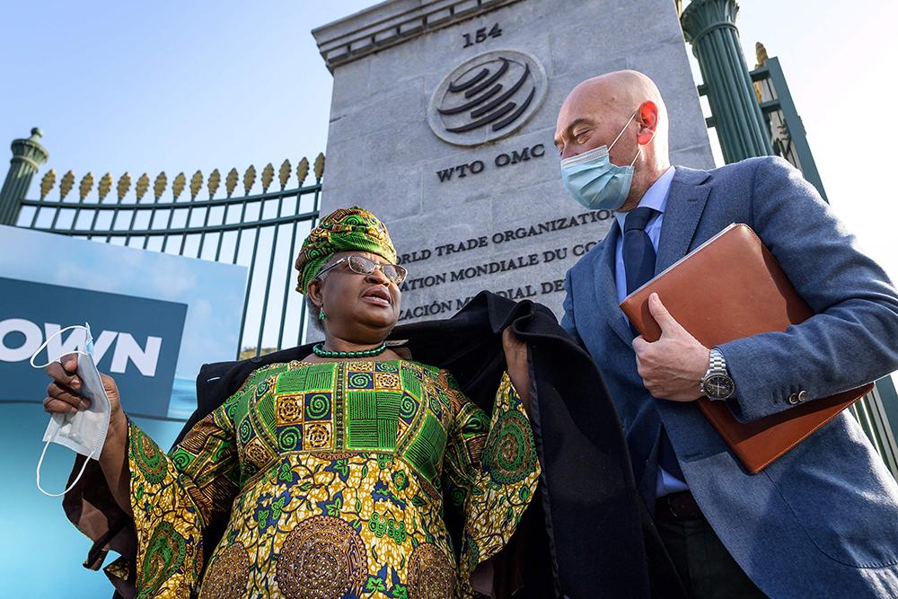 """当地时间2021年3月1日,瑞士日内瓦,世界贸易组织(WTO)任命的新任总干事恩戈齐·奥孔乔-伊韦阿拉(左)正式就职,结束总干事职位持续半年的""""真空""""状态。奥孔乔-伊韦阿拉开创了世贸组织1995年成立以来的两项""""第一"""":她是历史上首位来自非洲的总干事,也是首位女性总干事。她的任期将于2025年8月31日结束。"""