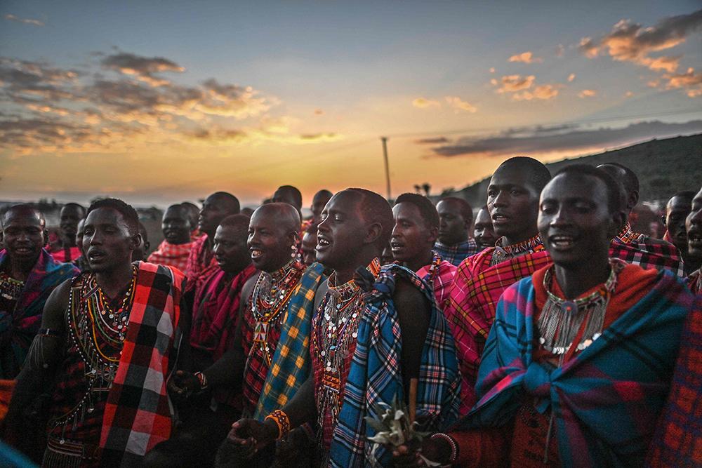 当地时间2021年2月27日,在肯尼亚纳罗克郡,马赛人在男子成年仪式上唱歌。马赛人是生活在东非地区历史悠久的游牧民族,主要分布在肯尼亚南部及坦桑尼亚北部。