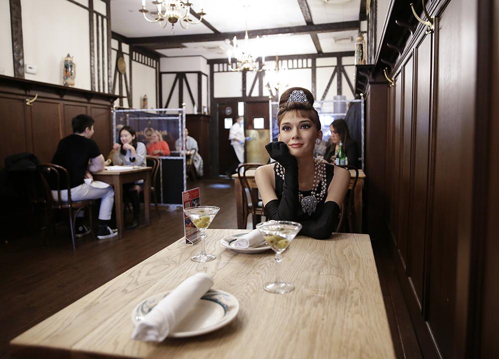 """当地时间2021年2月28日,美国纽约,一家餐厅从杜莎夫人蜡像馆内借来5尊蜡像,让名人蜡像""""陪""""吃饭。本文图片 新华社、人民视觉"""