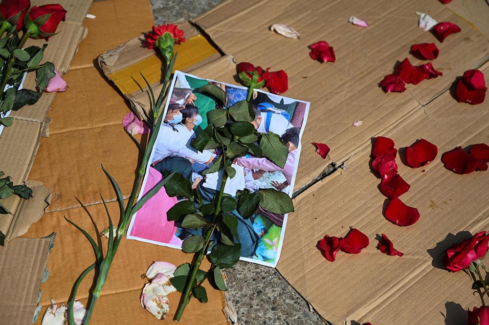 """当地时间2021年3月1日,缅甸仰光,当地民众为参加示威游行丧生的抗议者默哀。据《华盛顿邮报》报道,联合国人权办公室2月28日在一份声明中说,""""警察和军事部队星期天在缅甸全国各地数个地方使用致命武力和低致命性武力来驱散和平示威。根据联合国人权办公室的可靠消息,这些武力已经使至少18人丧生,30多人受伤。"""""""